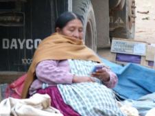 Vendedora de uma feira lendo um dos livretos que nós distribuimos