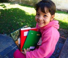 Deborah com os cadernos