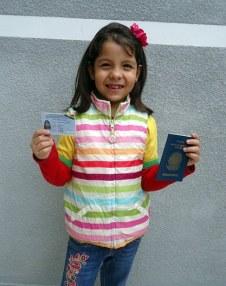 Deborah com os documentos de permanência em Bolívia