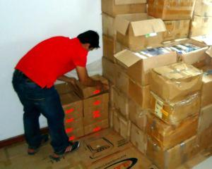 Irmão Rolando organizando os materiais no depósito da Base de Apoio - Santa Cruz de la Sierra