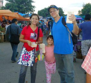 Pastor Peniel, Mina e Deborah durante o evangelismo