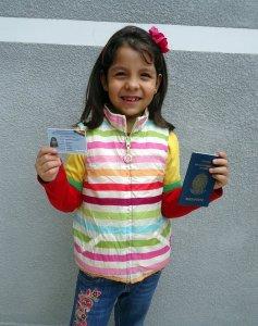 Deborah com a identidade boliviana em mãos