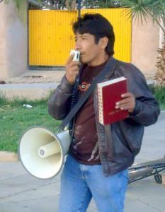 Evangelista Max Arapa pregando em Cochabamba, Bolívia