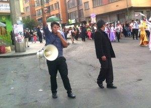 Irmão Nigel Mercado pregando nas ruas de La Paz, Bolívia