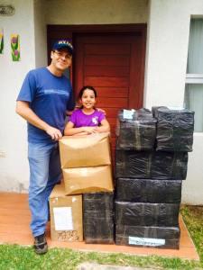 Pastor Peniel e Deborah com os materiais evangelístico chegando a nossa Base de Apoio em Bolívia